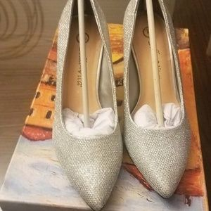 BELLA VITA SILVER GLITTER SHOES 5.5 NIB